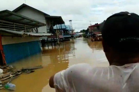 Polda Kalsel kerahkan semua personel bantu korban banjir