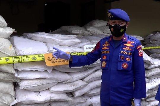 Polisi amankan 25 ton bahan peledak ikan di Surabaya