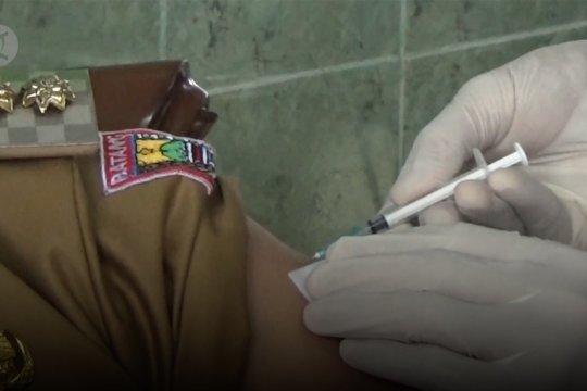 Cerita hari pertama vaksinasi di  Batang dan Pandeglang