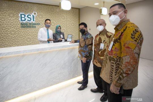 Kemarin, Presiden resmikan bank syariah hingga inflasi melambat