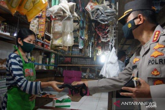 Polrestro Jaktim bagikan masker di sentra niaga dan jalan umum
