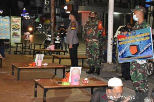 Petugas patroli malam imbau cafe tutup pukul 22.00 WITA