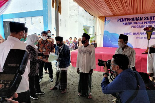 Gubernur Jatim serahkan sertifikat tanah pengungsi Sampang