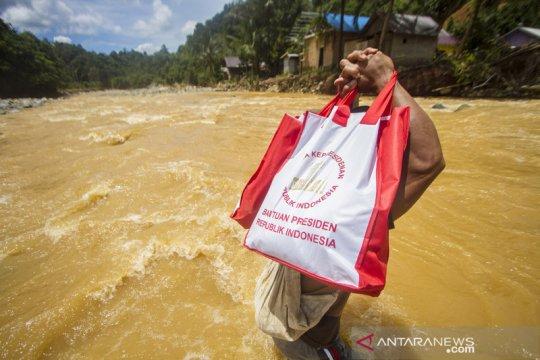 Penyaluran bantuan presiden di pedalaman pegunungan Meratus Kalsel