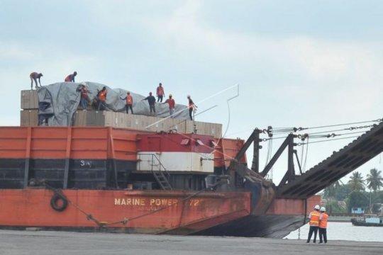 Aktivitas bongkar muat barang di Pelabuhan Boom Baru meningkat