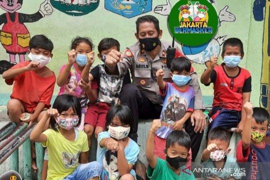 Kapolsek Palmerah memotivasi anak-anak gunakan masker