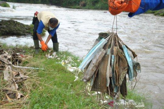 Sampah masker medis di sungai Ciliwung