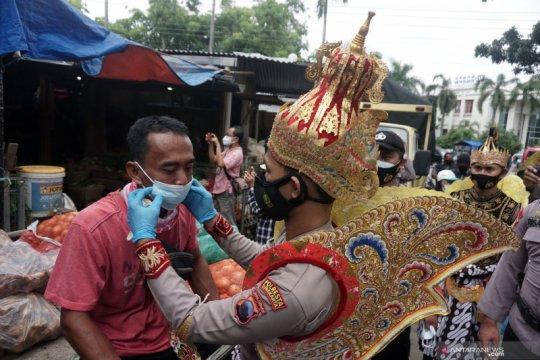 Polisi berkostum wayang kampanye protokol kesehatan di pasar Solo