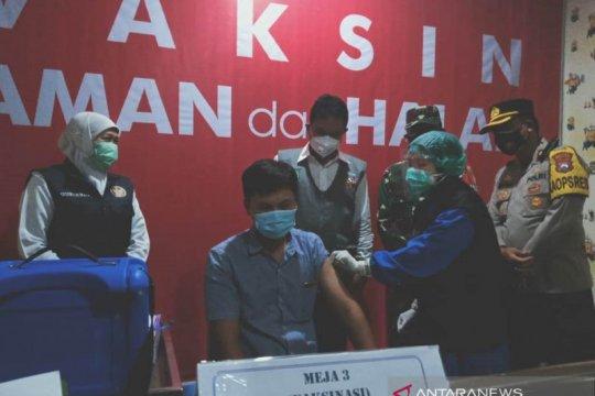Gubernur Khofifah pastikan vaksinasi di Jatim berjalan lancar