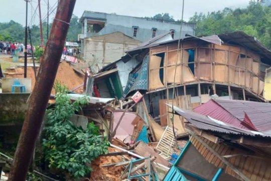 Enam ruko ambruk di kawasan pasar baru PLBN Entikong