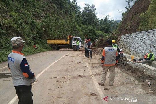 Jalan Malang-Kediri kembali dibuka setelah dibersihkan dari longsoran