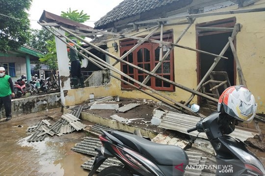 Warga Pasuruan bersihkan rumah dari material lumpur banjir bandang