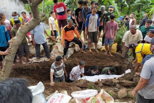 Korban banjir bandang Pasuruan-Jatim dimakamkan satu liang