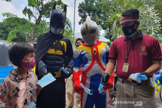 Ultraman dan Batman bagikan masker bersama Satreskrim Jakpus di Senen