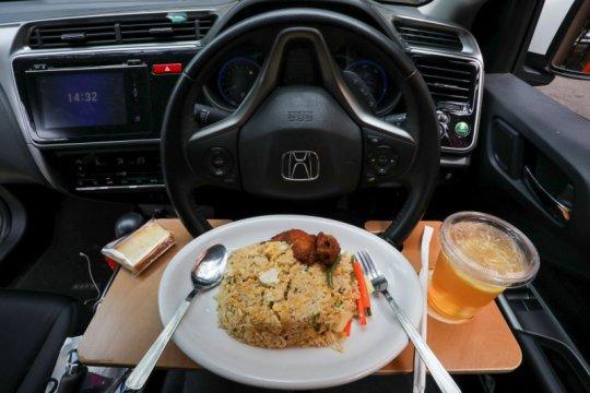 Kangen makan di restoran, warga Malaysia bersantap di mobil