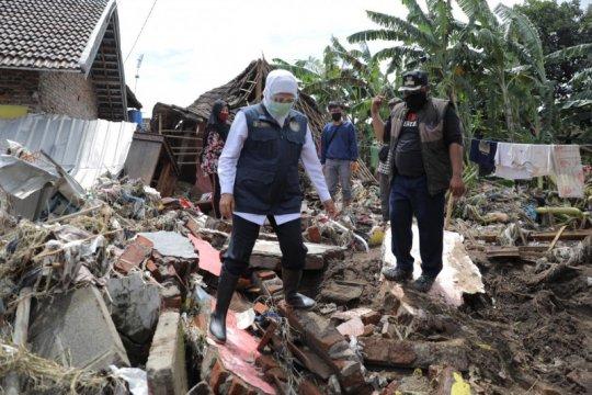 Khofifah berikan santunan kepada korban banjir bandang Pasuruan