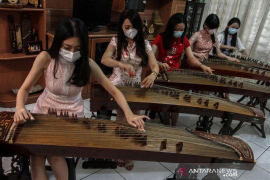 Latihan alat musik Kecapi China