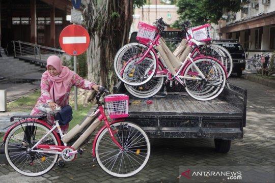 Pembagian sepeda untuk kader Keluarga Berencana