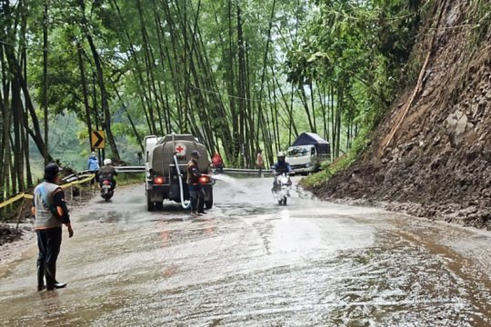 Usai longsor, jalur Malang-Kediri dibuka, warga diminta tetap waspada