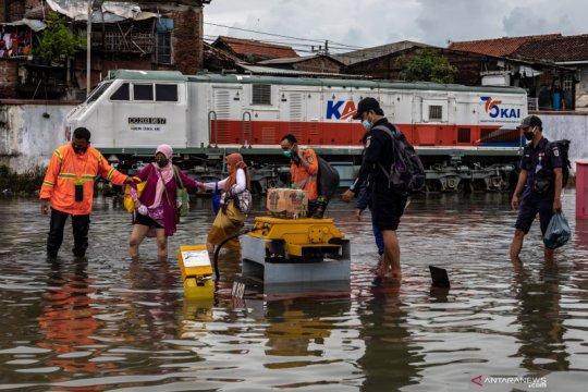 Sejumlah KA Daop Surabaya terlambat tiba akibat banjir Semarang