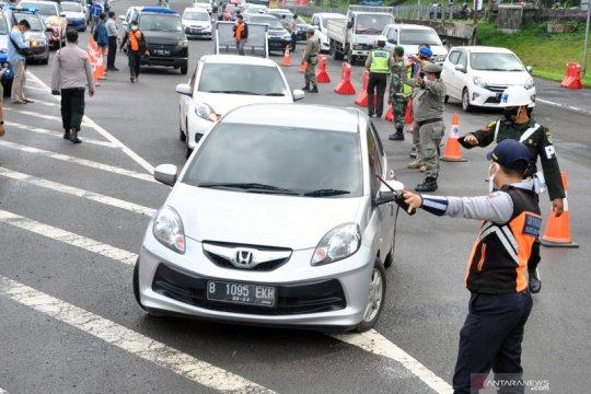 Petugas periksa kendaraan berplat ganjil di enam Pos Sekat Kota Bogor