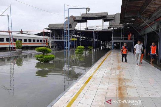 Perjalanan KA lintas utara terganggu akibat banjir di Semarang