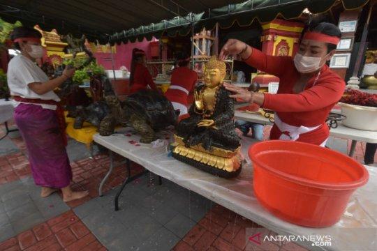 Warga Bali keturunan Tionghoa adakan ritual pembersihan patung dewa