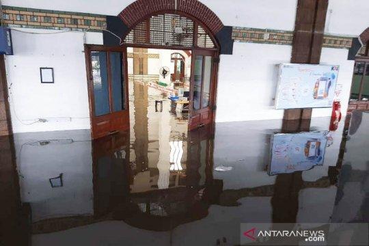 Stasiun Tawang Semarang terendam banjir, penumpang dialihkan