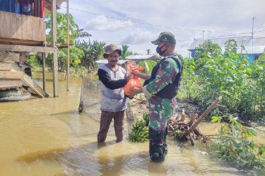 TNI bantu sembako warga korban banjir Kampung Yowong Arso Keerom