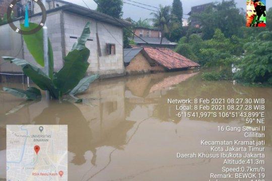 Tinggi banjir di Cililitan sentuh atap rumah sebagian warga