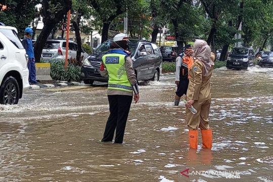 Genangan di Bungur Raya akibat luapan Kali Ciliwung Lama