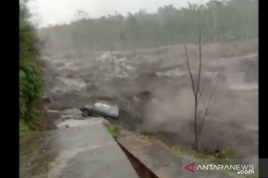 Mobil angkut BBM terseret banjir lahar dingin Gunung Semeru