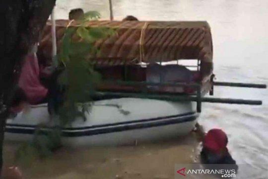 Warga Cikarang evakuasi jenasah Nenek Racin dengan perahu karet