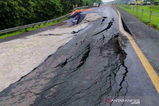 Ada penutupan jalur, Tol Cipali KM 122 arah Jakarta amblas
