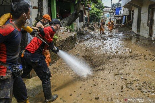 Warga dan PPSU Pejaten Timur gotong-royong bersihkan sisa banjir