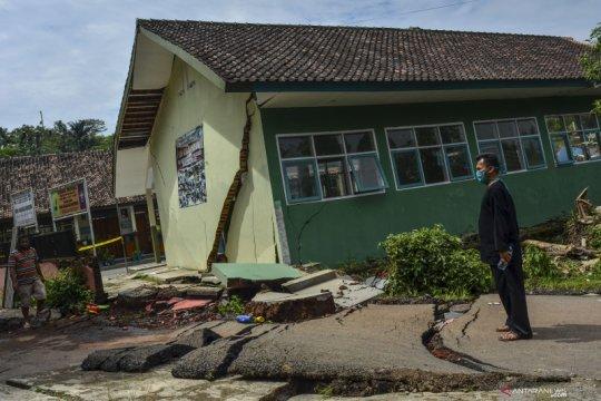 Bangunan sekolah ambruk akibat pergerakan tanah