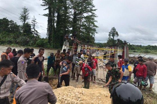 TNI-Polri bersama warga perbaiki jembatan rusak di perbatasan RI-PNG