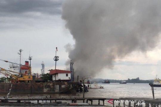 Satu kapal di galangan kapal Samarinda terbakar dan meledak