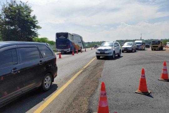 """Perpendek """"contraflow"""" dan jalan darurat atasi amblesnya Tol Cipali"""