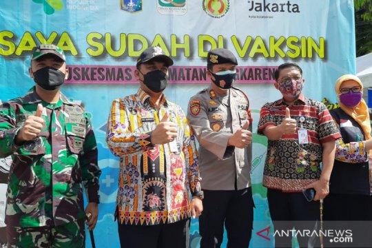 Wali Kota Jakbar mengecek pemberian vaksin di Puskesmas Cengkareng