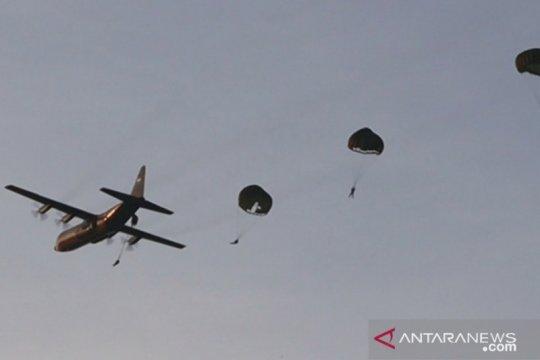 Sebanyak 104 personel Batalion Komando Paskhas latihan terjun payung
