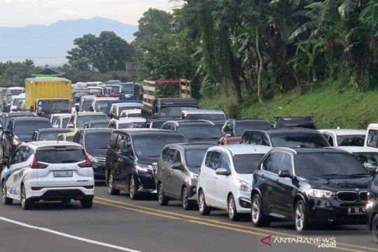 Kepadatan kendaraan jalur Puncak jelang libur Imlek
