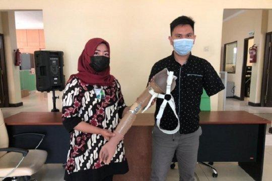 BPJAMSOSTEK serahkan tangan palsu kepada peserta kecelakaan kerja