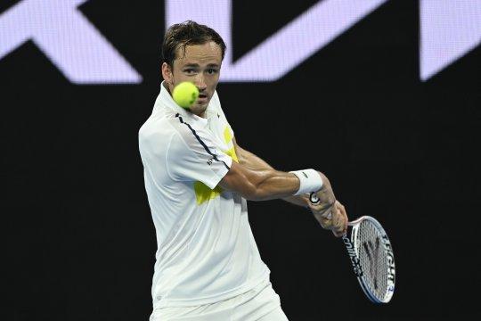 Medvedev menangi babak kedua di hari ulang tahun ke-25