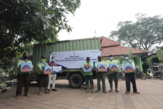 PIKA-PI Group salurkan paket sembako bagi petugas TPU Pondok Ranggon