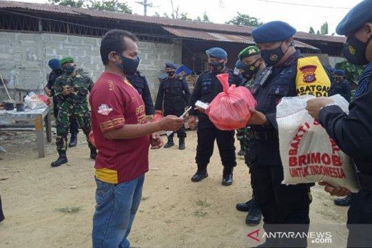 Brimob Polda Sultra bersama TNI bagi sembako ke warga Kendari