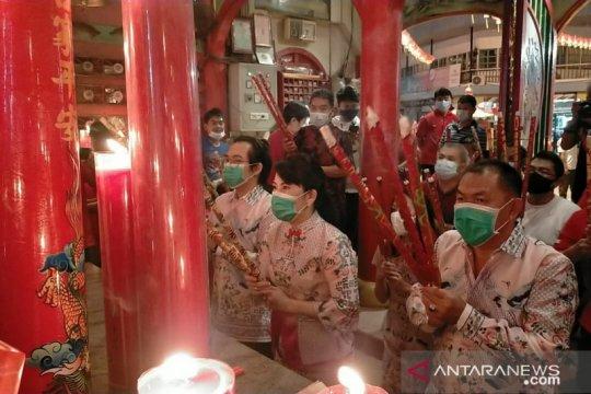 Wali Kota Singkawang lakukan ibadah Imlek di Vihara TDBR