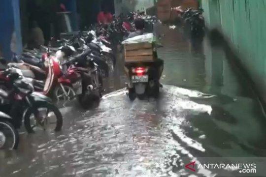 Pompa rusak membuat area parkir Pasar Cibubur tergenang air