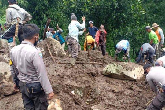 Jalan menuju wisata Lembah Panyaweuyan Majalengka tertutup longsor