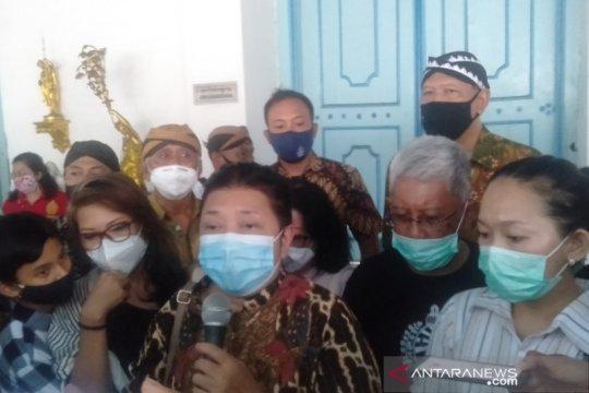 Putri PB XII keluar pascaterkunci dari dalam Keraton Surakarta